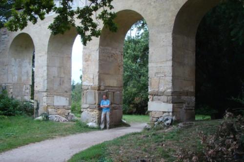 Акведук в парке замка Леднице